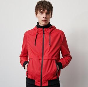 Czerwona kurtka Reserved w młodzieżowym stylu