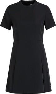 Czarna sukienka Calvin Klein w stylu casual trapezowa z okrągłym dekoltem