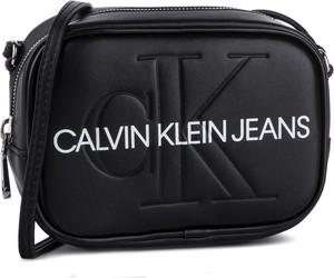 Torebka Calvin Klein na ramię średnia w młodzieżowym stylu
