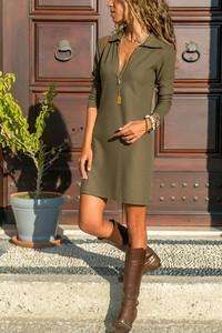 Zielona sukienka Ivet.pl oversize w stylu casual z kołnierzykiem