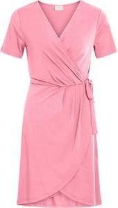 Różowa sukienka Vila mini kopertowa w stylu casual