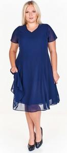 Granatowa sukienka Fokus z szyfonu z krótkim rękawem midi