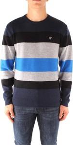 Niebieski sweter Guess w młodzieżowym stylu