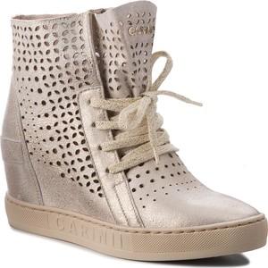 Sneakersy Carinii z zamszu w młodzieżowym stylu sznurowane