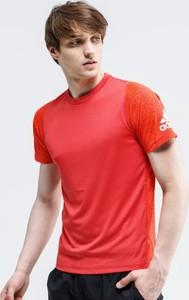 Czerwony t-shirt Adidas w stylu casual z krótkim rękawem