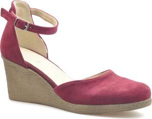 Sandały Amart na obcasie z zamszu w stylu klasycznym