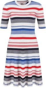 Sukienka Tommy Jeans z okrągłym dekoltem midi z krótkim rękawem