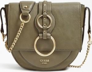 Zielona torebka Guess na ramię w stylu glamour