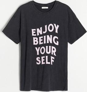 T-shirt Reserved w młodzieżowym stylu z okrągłym dekoltem z krótkim rękawem