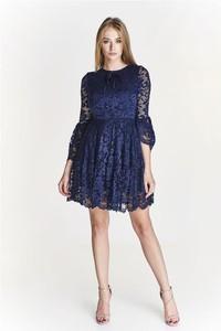 Niebieska sukienka Pawelczyk24.pl z okrągłym dekoltem midi
