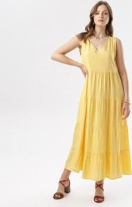 Żółta sukienka born2be bez rękawów rozkloszowana z dekoltem w kształcie litery v