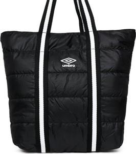 Czarna torba sportowa Umbro w sportowym stylu