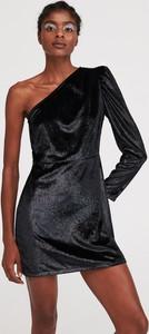 Czarna sukienka Reserved z długim rękawem z asymetrycznym dekoltem w stylu casual