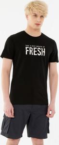 Czarny t-shirt Outhorn w młodzieżowym stylu z nadrukiem