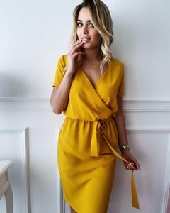 Żółta sukienka butiklatika.pl z krótkim rękawem kopertowa w stylu klasycznym