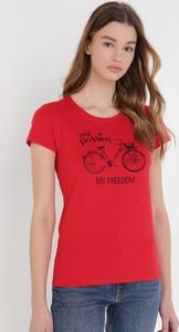 Czerwony t-shirt born2be z krótkim rękawem