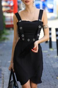 Czarna sukienka IVET z dekoltem w karo w stylu casual asymetryczna