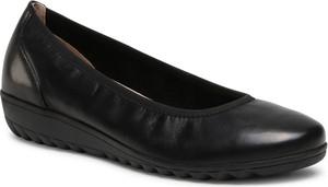 Czarne półbuty Caprice z płaską podeszwą w stylu casual