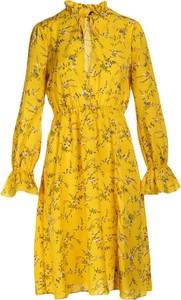 Żółta sukienka Multu z długim rękawem w stylu casual