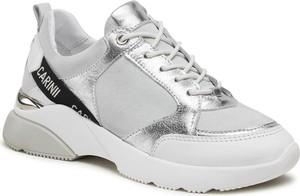 Srebrne buty sportowe Carinii sznurowane