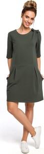 Zielona sukienka Merg z okrągłym dekoltem w stylu casual