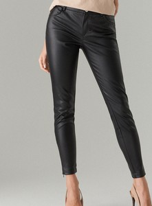 Czarne spodnie Mohito ze skóry ekologicznej w rockowym stylu