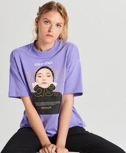 Fioletowy t-shirt Cropp z krótkim rękawem z nadrukiem z golfem