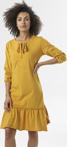 Żółta sukienka born2be w stylu casual prosta midi