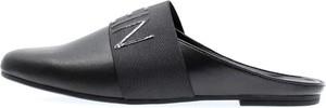Czarne klapki Calvin Klein w stylu casual ze skóry z płaską podeszwą
