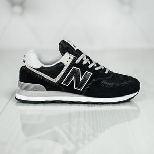 Czarne buty sportowe New Balance 574 w młodzieżowym stylu sznurowane