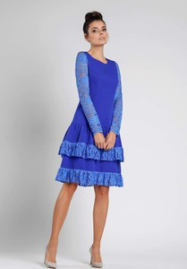 Niebieska sukienka Nommo rozkloszowana z okrągłym dekoltem