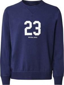 Niebieski sweter Universal Works w młodzieżowym stylu