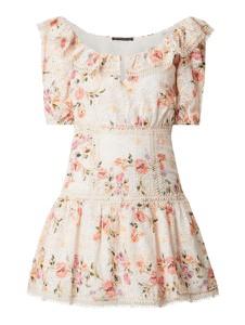 Różowa sukienka Guess z bawełny z krótkim rękawem z odkrytymi ramionami