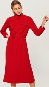 Czerwona sukienka Mohito koszulowa midi z długim rękawem