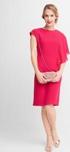 Różowa sukienka QUIOSQUE z tiulu z okrągłym dekoltem z krótkim rękawem