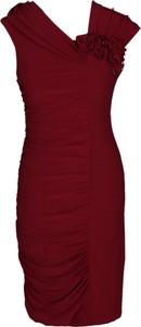 Czerwona sukienka Fokus dopasowana z asymetrycznym dekoltem bez rękawów
