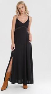 Czarna sukienka born2be maxi trapezowa z dekoltem w kształcie litery v