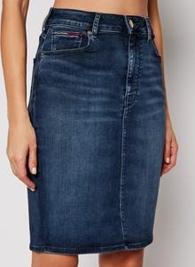 Niebieska spódnica Tommy Jeans z jeansu