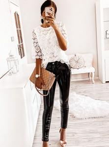 Czarne jeansy Pakuten w street stylu