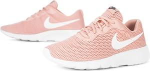Różowe buty sportowe Nike sznurowane z płaską podeszwą