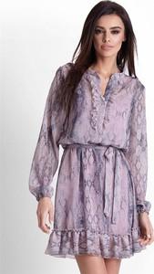 Fioletowa sukienka Ivon z żabotem z szyfonu