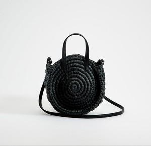 Czarna torebka Mohito w wakacyjnym stylu na ramię