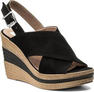 Czarne sandały nessi na koturnie z weluru