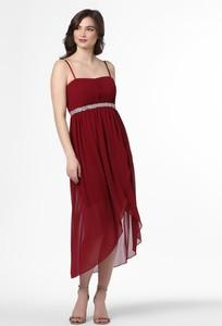 Czerwona sukienka Marie Lund z dekoltem w kształcie litery v na ramiączkach