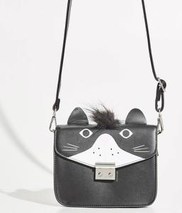 Czarna torebka Sinsay w wakacyjnym stylu z pomponami