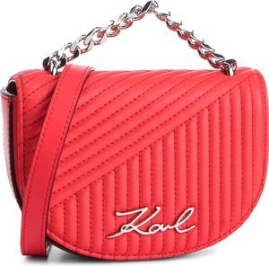 e90ec00d44e31 Czerwona torebka Karl Lagerfeld w młodzieżowym stylu