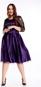 Fioletowa sukienka omnido.pl z tiulu z okrągłym dekoltem midi