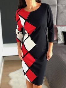 Sukienka ModnaKiecka.pl w geometryczne wzory z okrągłym dekoltem midi