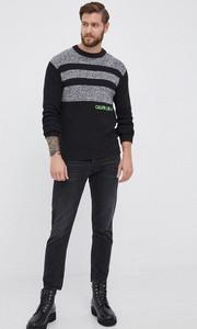 Czarny sweter Calvin Klein w młodzieżowym stylu z okrągłym dekoltem