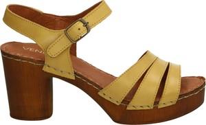 Żółte sandały Venezia ze skóry z klamrami